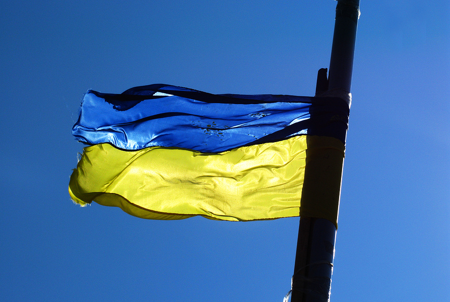 Ополченцев Донбасса обвинили в «издевательствах» над украинским флагом