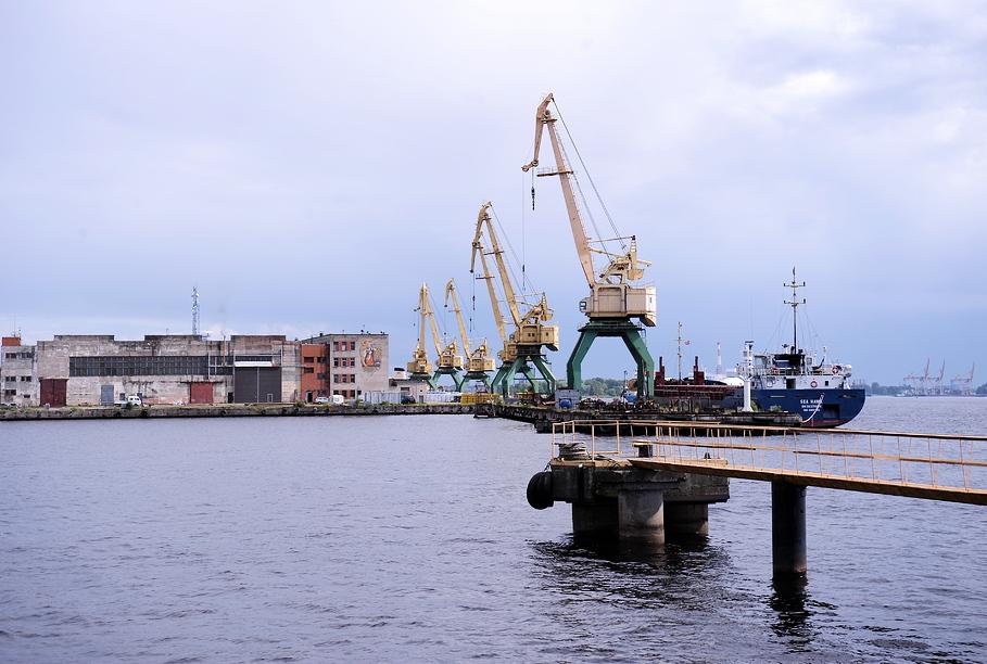 Skaitļi un fakti: Eiropas ostās kravu apjomi aug, Latvijā – ne