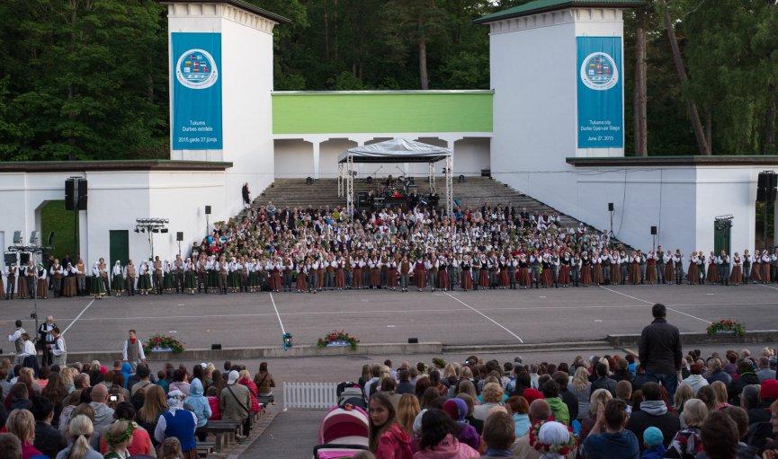 FOTO: Ziemeļvalstu dziesmu svētku dalībnieku koncerts Durbes estrādē