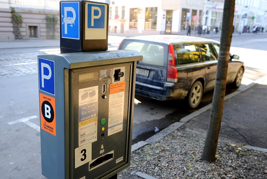 Рига хочет «обуть» водителей, которые не платят за парковку