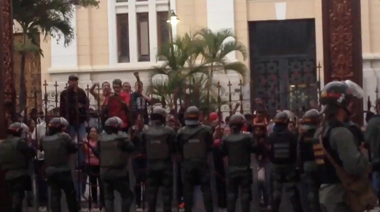Maduro: Teroristi ar helikopteru uzbrukuši Venecuēlas Augstākajai tiesai