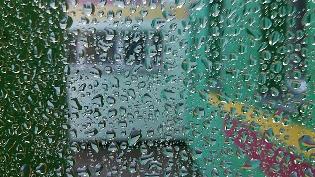 Trešdien ilgstoši līs, pastiprināsies vējš