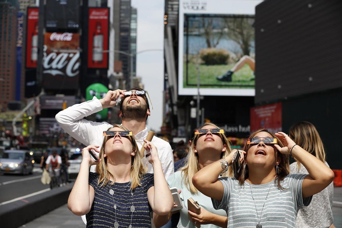 FOTO: ASV cilvēki masveidā devušiesvērot pilnu Saules aptumsumu
