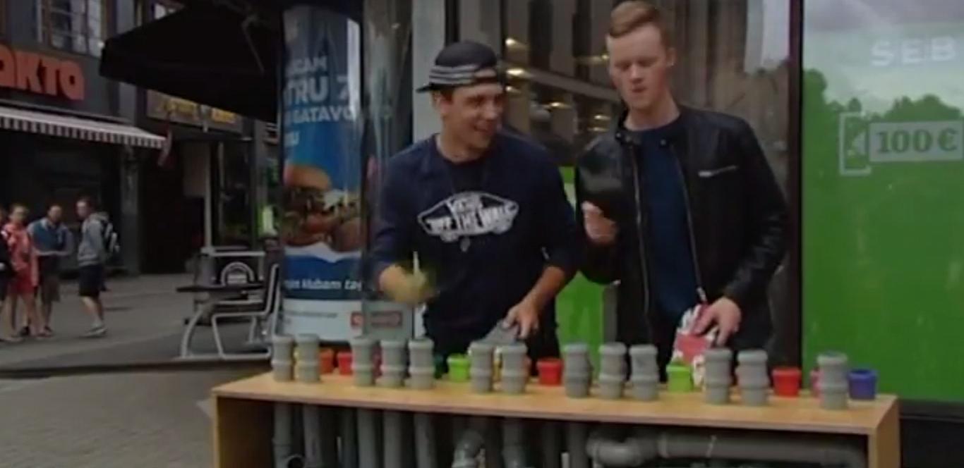 Уличная музыка: на барабанах пластиковых труб