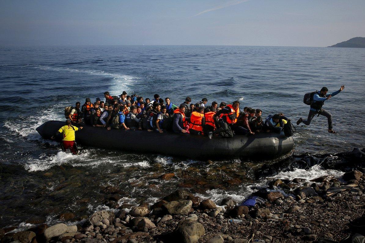 Junkera vadītās EK cīņu ar migrācijas krīzi vērtē gan piesardzīgi pozitīvi, gan ļoti kritiski