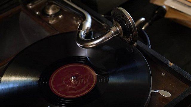 Trimdā izdotās skaņuplatēs Eduards Rozenštrauhs nav minēts kā «Zilā lakatiņa» autors kļūdas pēc