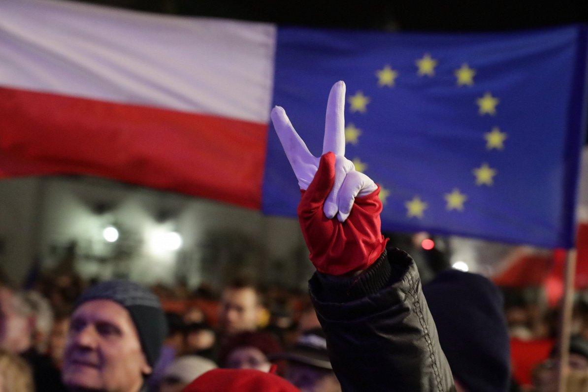 Poļi tomēr ir eirooptimisti, betvadošā partijanav Eiropai draudzīga.Intervija ar Polijas avīzes komentētāju