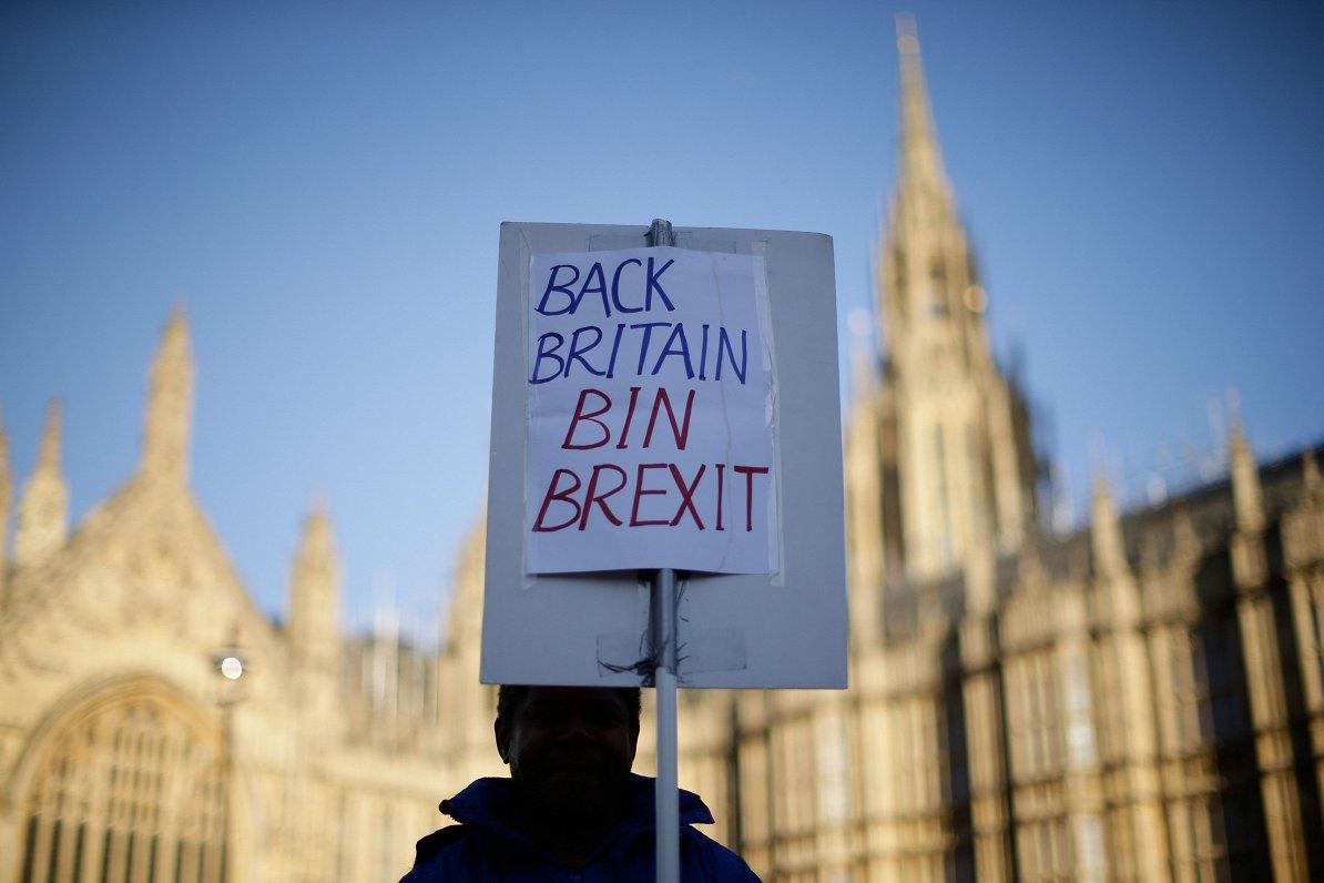 «Brexit» plāna B meklējumos: diskutē par otru referendumu, ārkārtas vēlēšanām vai datuma atlikšanu