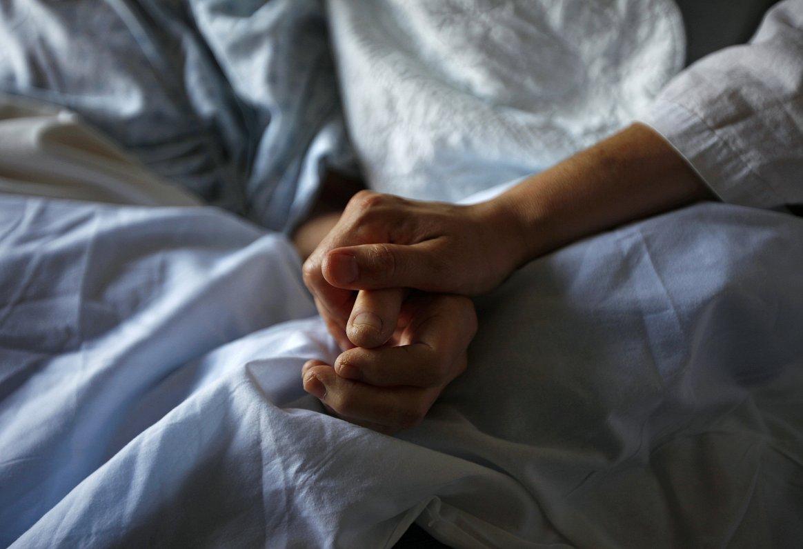Ar smagi slimu tuvinieku uz rokām. Trīs drosmīgu sieviešu stāsti