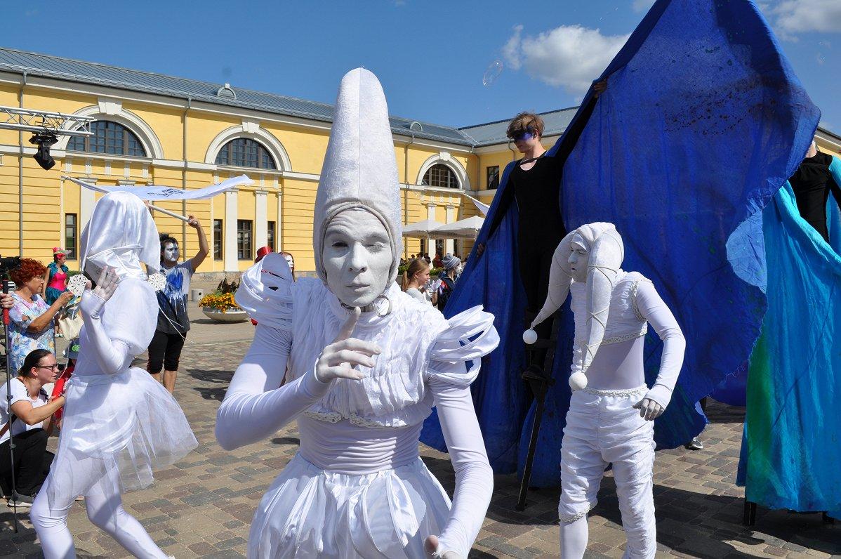 ФОТО: Даугавпилсскую крепость на день захватили клоуны