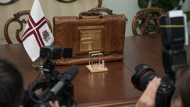 Valsts parāds pietuvojies griestiem; tēriņu uzraugi brīdina valdību piebremzēt ar izdevumiem