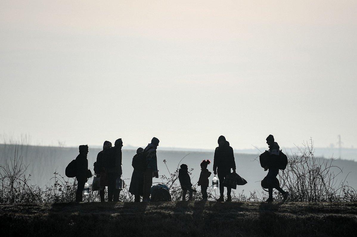 Medijs: ES migrantu brīvprātīgās atgriešanās shēmā daudz trūkumu