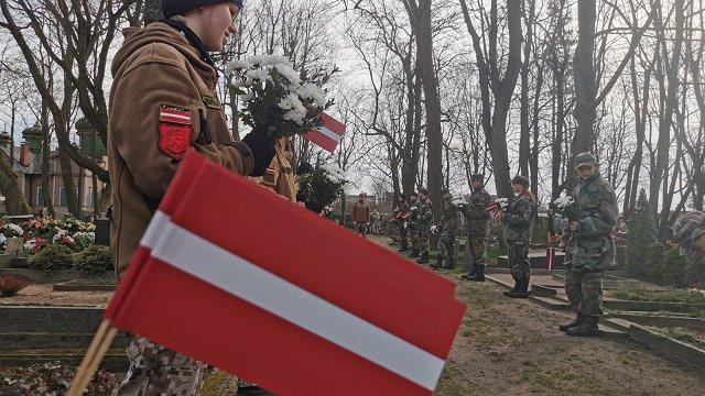 Skolēni, kara veterāni un citi Liepājā godina pulkvedi Oskaru Kalpaku