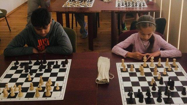 Šaha nometnē Pļaviņu pusē bērni un jaunieši apgūst ne tikai spēles prasmes