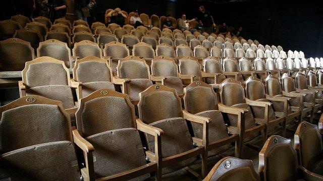Teātriem atsākot darbu, skatītāji biļetes iegādājas kūtri