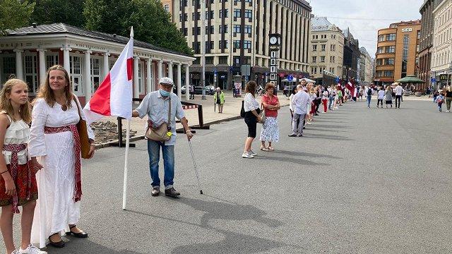 Baltijas ceļa gadadienā Rīgā cilvēki veido dzīvo ķēdi no Brīvības pieminekļa līdz Tautas frontes muzejam