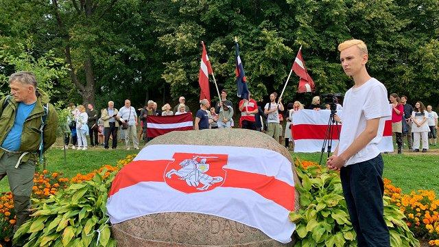 Piedrujā desmitiem cilvēku piedalās Baltkrievijas solidaritātes mītiņā