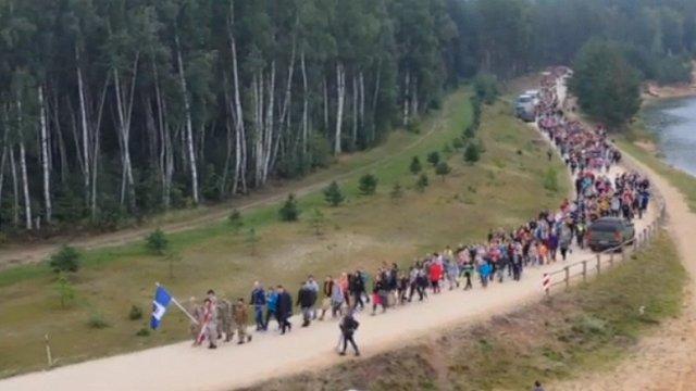 Gandrīz 1000 Ogres un Ikšķiles novada skolēni vienojas militāri patriotiskā pārgājienā