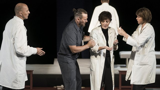 FOTO: Dailes teātrī skatītāju vērtējumam nodod izrādi «Ārsts»