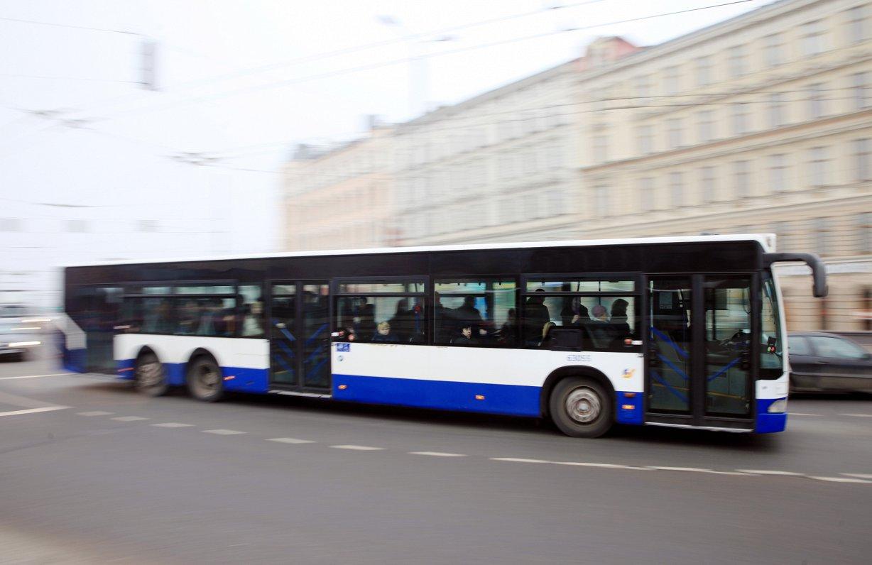 Пассажиры жалуются на полные автобусы в Риге