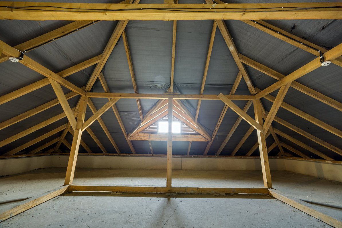 Moisture accumulates in the attic. What construction mistakes were ...