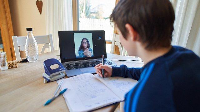 Daļai skolēnu attālinātās mācības joprojām ir izaicinājums, studentiem – viedokļi dalās