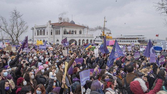 Turcijā plaši protesti pret valsts izstāšanos no Stambulas konvencijas