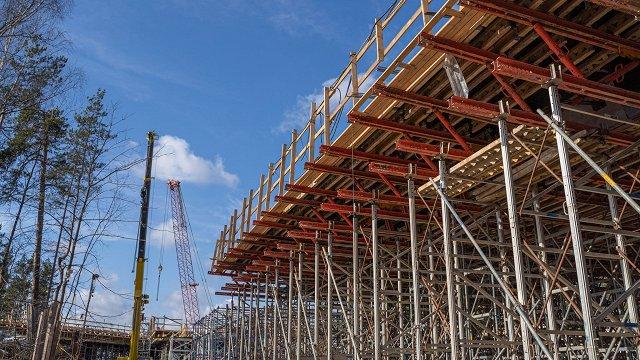 FOTO: Sarkandaugavas pārvada būvniecība norit pēc plāna