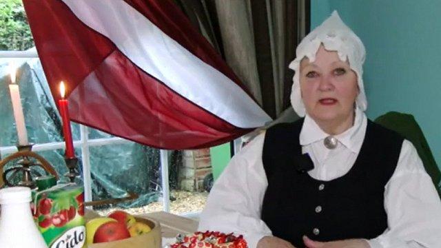 Svētku svinības vienatnē – Anita Rubene Lielbritānijā 4.maiju sagaida tautastērpā