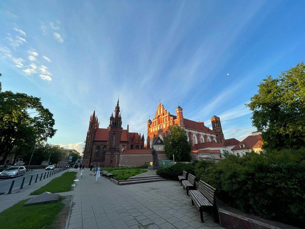 Covid в Балтии: жителям Вильнюса предложили привиться в порядке живой очереди