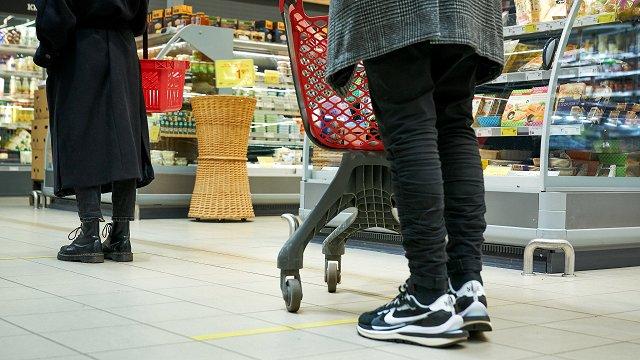 Bez Covid-19 sertifikāta varētu liegt apmeklēt lielveikalus
