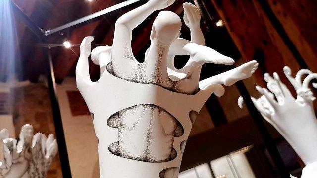 «Te neredzēt tradicionālās vāzes un šķīvjus» – laikmetīgā keramika Dekoratīvās mākslas un dizaina muzejā
