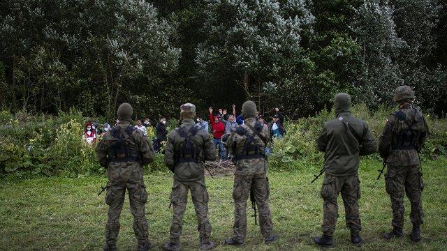 De facto: No Latvijas-Baltkrievijas robežas migrantus aizveduši Latvijas dienesti