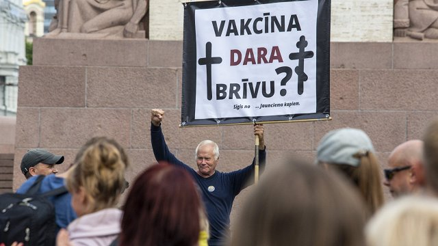 Kādēļ daļa cilvēku Latvijā nepotējas pret Covid-19? «Aizliegtais paņēmiens» skaidro biežākos ieganstus