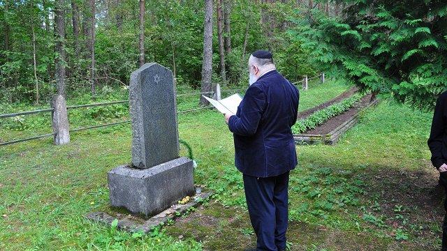 Šofars aicina, bet dara cilvēki. Sēlijā renovē ebreju kapsētu