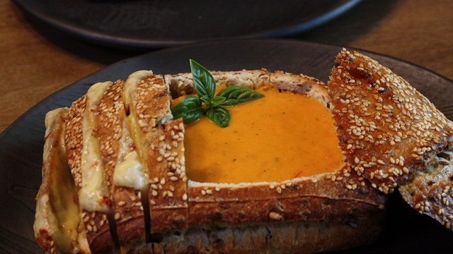 Tomātu krēmzupa ceptā maizes klaipiņā ar sieru «Īsto latvju saimnieču» gaumē