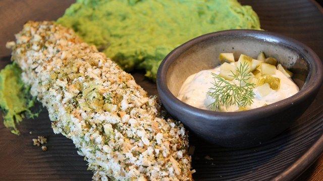 Lasis maizes mētelītī ar zaļo zirnīšu biezeni un tartara mērci «Īsto latvju saimnieču» gaumē