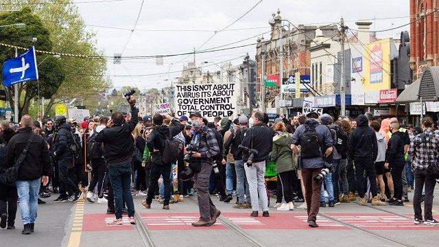 Melburnā protestos pret Covid-19 ierobežojumiem aiztur vairāk nekā 200 cilvēku