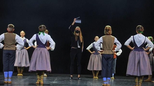 Deja mūs satuvina. Nofilmēts #dziedundejo2021 tautas deju lielkoncerta «Saule vija zelta rotu» kodols