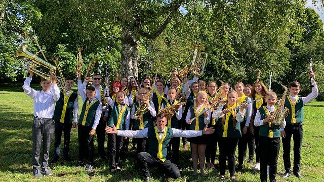 Uzjundī patīkamas sajūtas – Preiļu novada jauniešu pūtēju orķestra dalībnieki par #dziedundejo2021