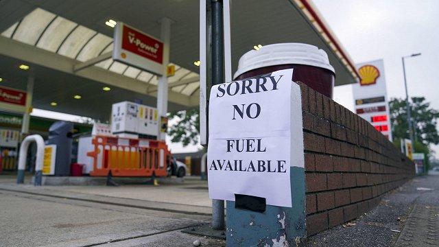 Britu armija sāk piegādāt degvielu uzpildes stacijām