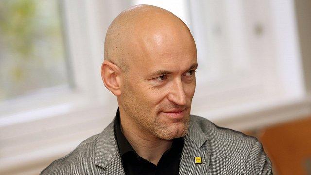 Veselības ministrs Pavļuts iztur ZZS rosināto neuzticības balsojumu Saeimā