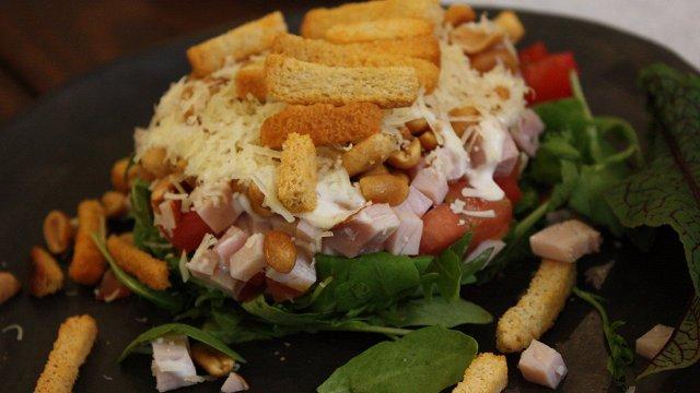 Kārtainie rukolas salāti «Īsto latvju saimnieču» gaumē