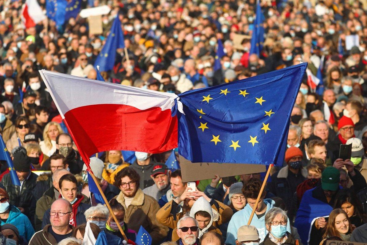 Žurnālists: Polijai ir vājas kārtis strīdā ar Eiropas Savienību