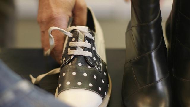 Kāpēc ādas apavus nevajag žāvēt uz radiatora. Skaidro eksperti
