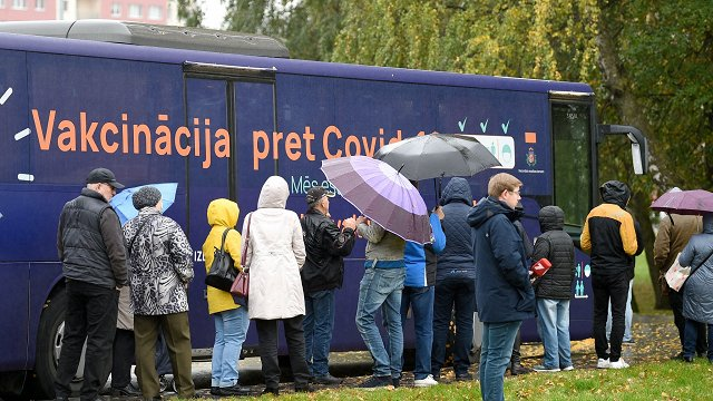 Vakcināciju pret Covid-19 pabeigusi puse Latvijas iedzīvotāju