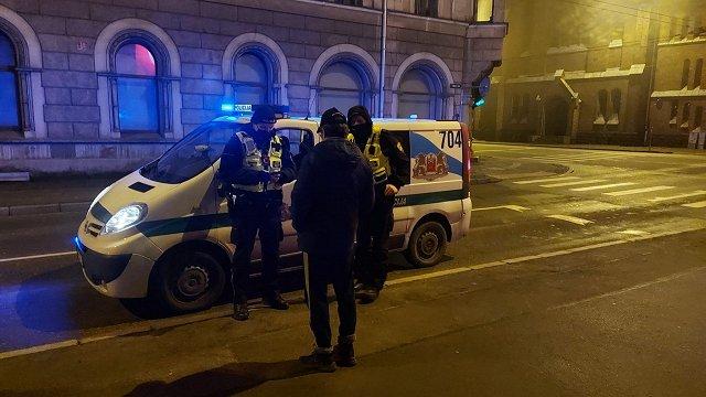 Cilvēki neliek maskas un publiski izklaidējas pēc atļautā laika – Rīgā atklāj daudz pārkāpumu