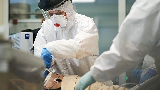 Mediķi un citi Covid-19 ierobežošanā iesaistītie turpinās saņemt piemaksas