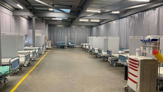 Austrumu slimnīcā rekoddaudz diennaktī mirušo Covid-19 slimnieku; uzņemšanu ierīko garāžā un iedarbina mobilo morgu