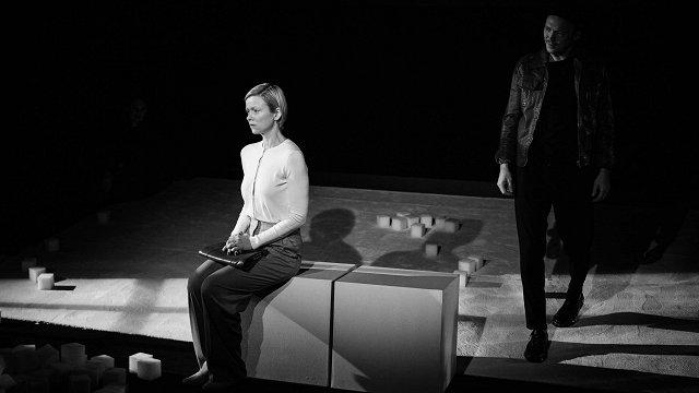Kas pieskata tavus bērnus? Nacionālajā teātrī pirmizrāde psiholoģiskajai drāmai «Aukle»